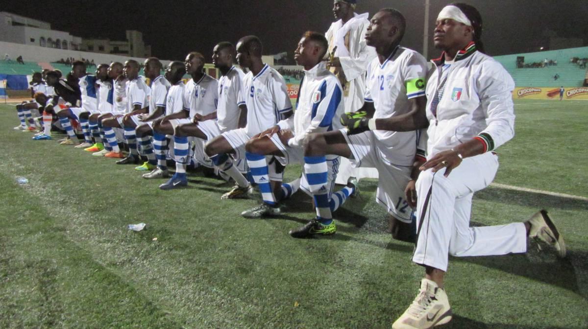 Nala Gueye, el imam de la mezquita y los jugadores de Fann Hock, instantes antes de la final.
