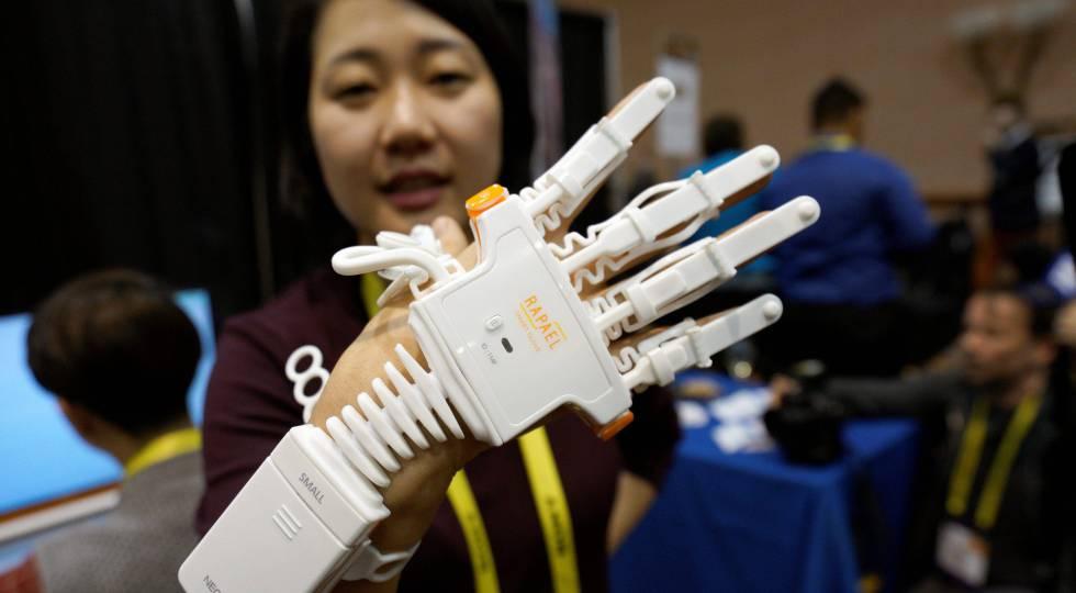 Anna Choi de Neofect con sus guantes Rapael para recuperar movilidad.