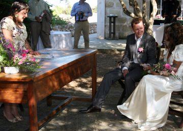 Cada vez menos bodas, y aún menos por el altar