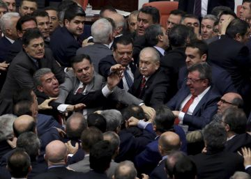 Pelea a puñetazos en el Parlamento de Turquía