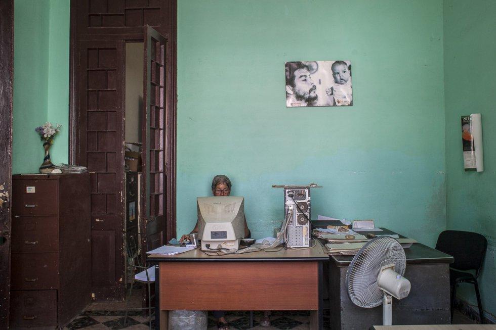 Oficina administrativa de un centro sanitario en la Habana Vieja. Suelen ocupar antiguos edificios que en su día fueron concebidos para otro fin, como sedes de empresas, bancos e incluso casas privadas.