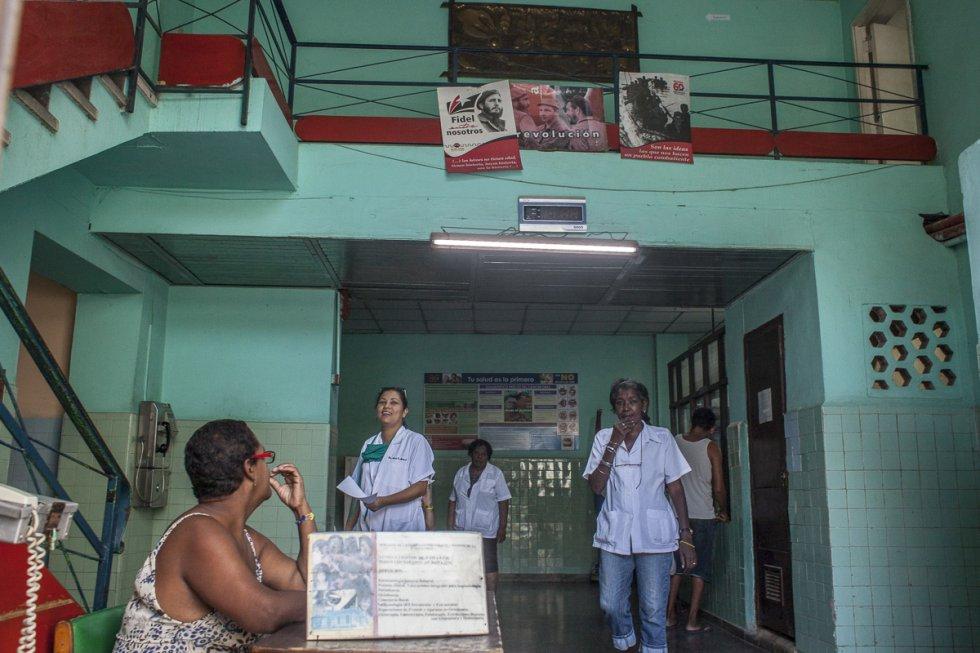 Carteles revolucionarios en la entrada de una clínica en la Habana Vieja. Sus mensajes alientan la lucha social y en defensa del régimen en todos los edificios públicos como hospitales y escuelas.