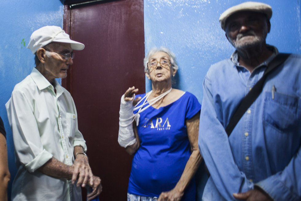 Pacientes esperando sus resultados con su médico especialista en el hospital Julio Trigo en Ciudad Habana. Cuba cuenta con 152 grandes hospitales, 452 policlínicos, 118 clínicas estomatológicas y 150 hogares maternos. Ello suma 872 edificaciones, sin contar los consultorios del Médico de la Familia y otras edificaciones de salud.