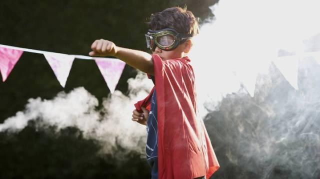 Niño se disfraza de superhéroe.