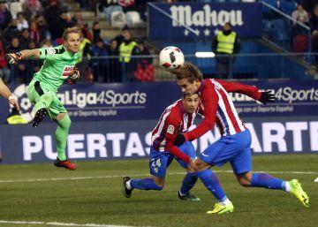 Antoine Griezmann marca el primer gol frente al Eibar.