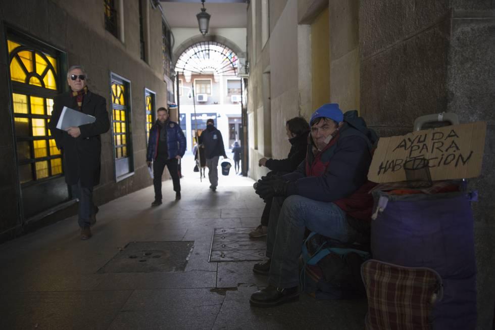 Mendigos en el pasaje entre la Plaza Mayor y la calle Mayor de Madrid  rn rn