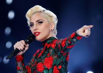 La última excentricidad de Lady Gaga: cantar en un tejado