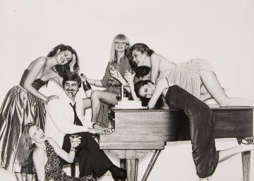 John Casablancas con modelos de su agencia Elite.