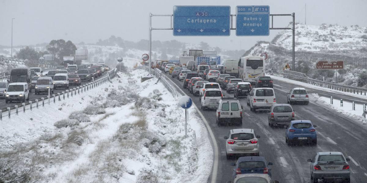 Vehículos retenidos este jueves como consecuencia de las nevadas en Murcia.