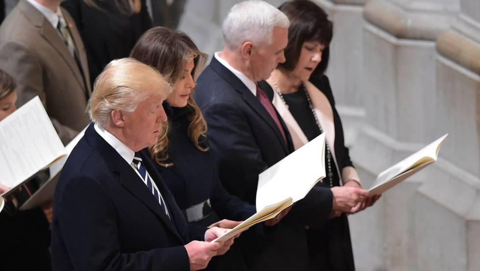 El presidente Donald Trump y su esposa Melania Trump en un servicio religioso.