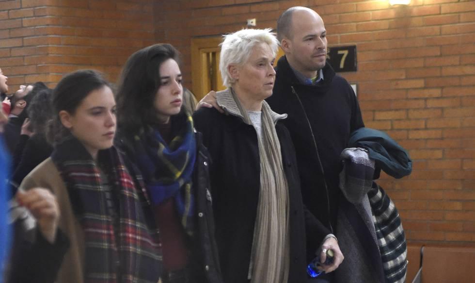 Lucía Dominguín, madre de Bimba Bosé, Olfo, hermano de la cantante y modelo, y Dora Postigo, la hija mayor de Bimba, en el entierro de la modelo celebrado ayer en Madrid.