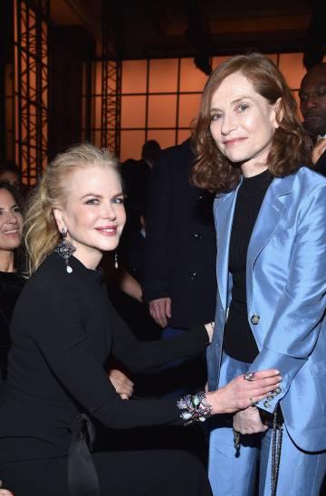 Las actrices Nicole Kidman e Isabelle Huppert (ambas nominadas al Oscar), en el desfile de Armani Orivé del pasado martes.