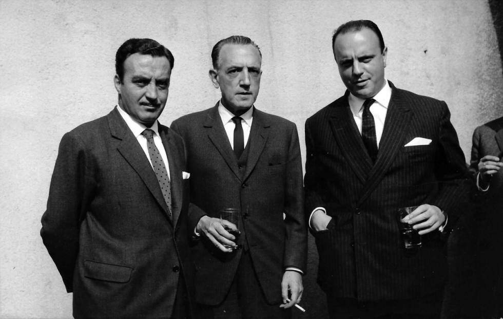 Rafael Méndez, en el centro, con Manuel Fraga, a la derecha, en 1963 en Madrid.
