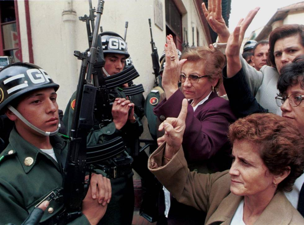 Un grupo de madres colombianas, cuyos hijos, soldados o policías, son rehenes de los guerrilleros, se manifestaban en la plaza Bolívar de Bogotá en 1999.