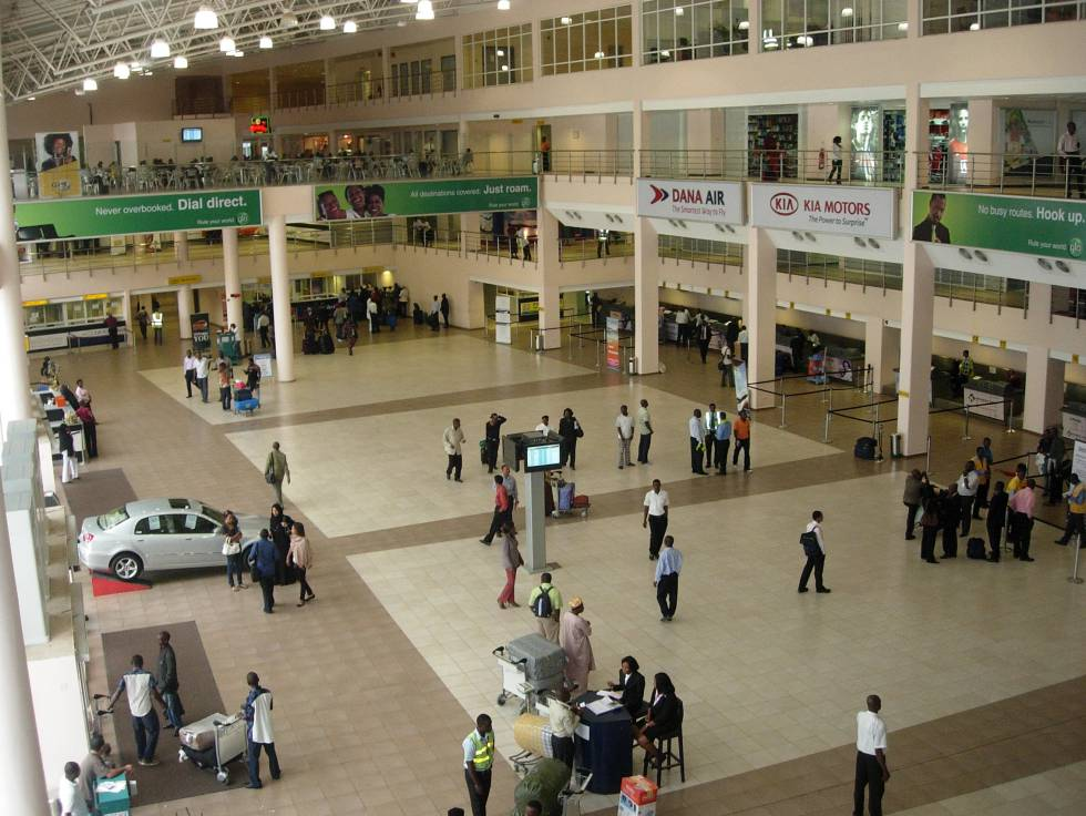 Sala de despacho de bagagens no aeroporto de Port Harcourt, Nigéria.