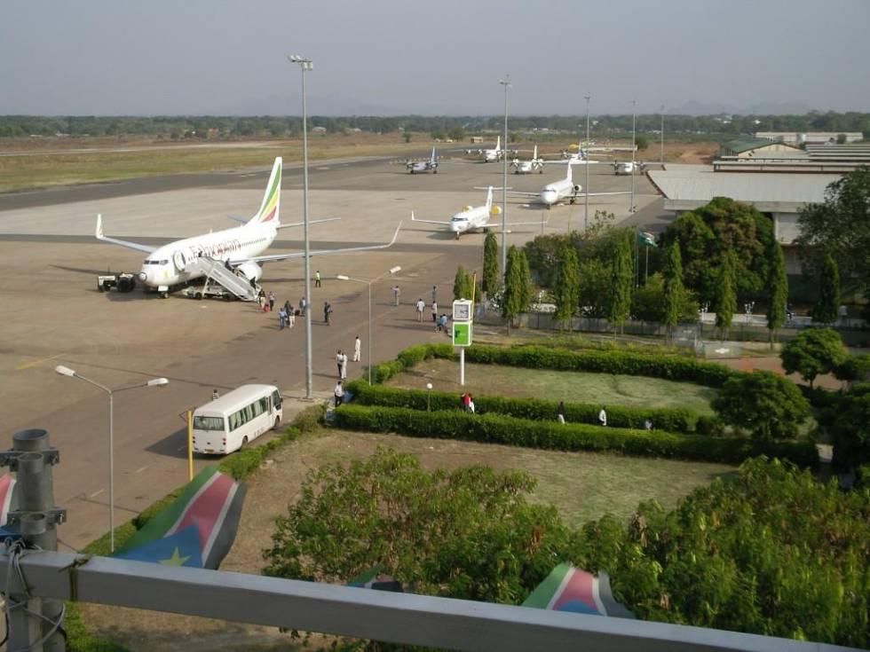 Desembarque de pasajeros en las pistas del aeropuerto de Juba