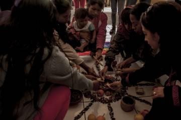 Arriba: María Ayui narra su experiencia de desplazamiento forzado de la comunidad de Tsuntsuim, que tuvo que abandonar por la militarización de la región afectada por el megaproyecto minero San Carlos Panantza. Abajo: Mujeres shuar participan en un ritual junto a personas solidarias en la sede de la Confederación de Nacionalidades Indígenas del Ecuador, en Quito.