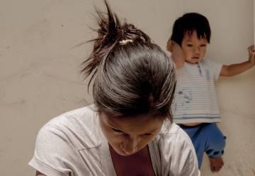 Arriba: Mónica Ambama, mujer shuar procedente de Nankints, sostiene a su hijo durante su estancia en Quito para denunciar el despojo sufrido por su pueblo Abajo: Claudia Chumpi, en un momento de su estancia en Quito para defender el derecho del pueblo shuar a resistir frente a la megaminería en la Cordillera del Cóndor.