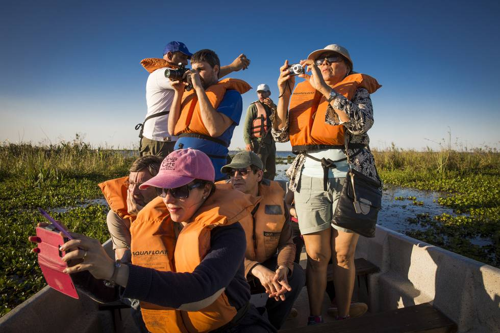 Tourists on the Iberá lagoon.