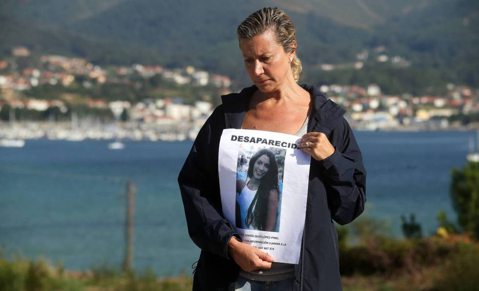 Diana Quer's mother holding a missing poster.