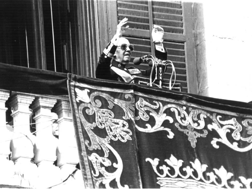 Franco saluda desde el balcón del Palacio Real de Madrid en octubre de 1975.