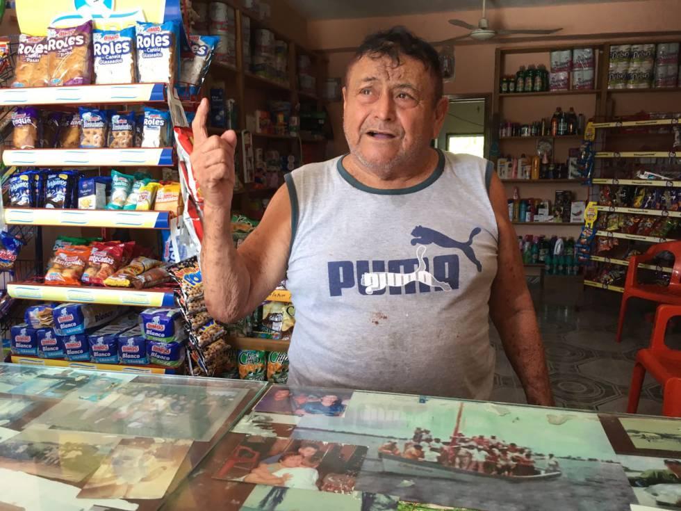 Melchor Villanueva tras el mostrador de su tienda de abastos en Xcalak.