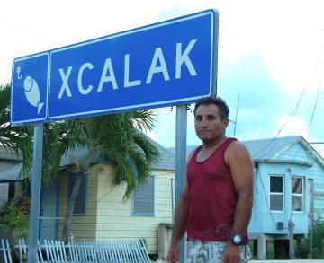 El pescador y guía turístico Óscar Salazar a la entrada de Xcalak.