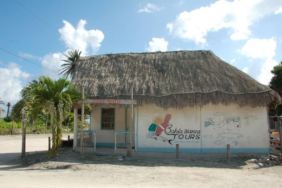 Edificio de la cooperativa de turismo Bahía Blanca en Xcalak.