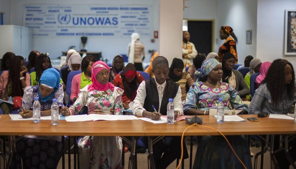 Un grupo de jóvenes escucha la conferencia ofrecida por Rufina Dabo Sarr sobre la situación de las mujeres en el ámbito de la ciencia en Senegal y en África.