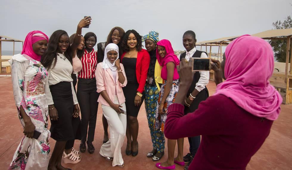 """Un grupo de científicas, investigadoras, ingenieras y doctoras asistentes al taller se hacen una foto durante un descanso de las jornadas de """"Ciencia e Igualdad de Género"""" en la sede regional de la UNESCO en Dakar."""