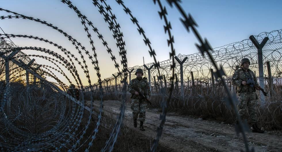 Varios militares vigilan la valla fronteriza de Macedonia con Grecia.
