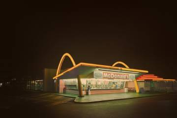 Este es uno de los primeros McDonald's. Está en Downey, California. Se abrió el 18 de agosto de 1953.