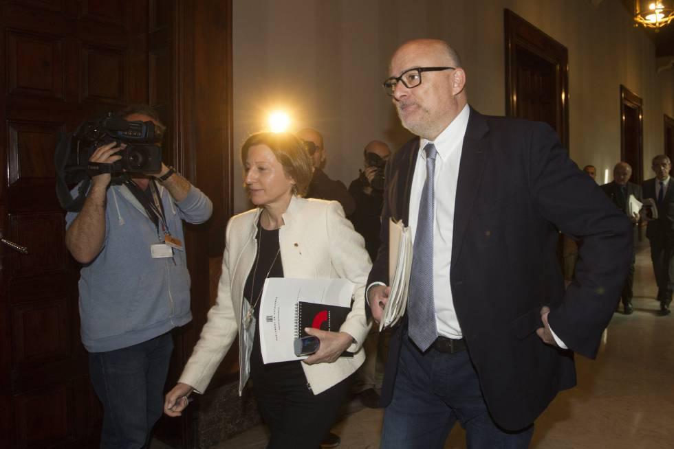 La presidenta del Parlament, Carme Forcadell, y el vicepresidente primero, Lluís M. Corominas, a su llegada a la reunión de la mesa del Parlament donde se debate la modificación de la disposición sobre el referéndum