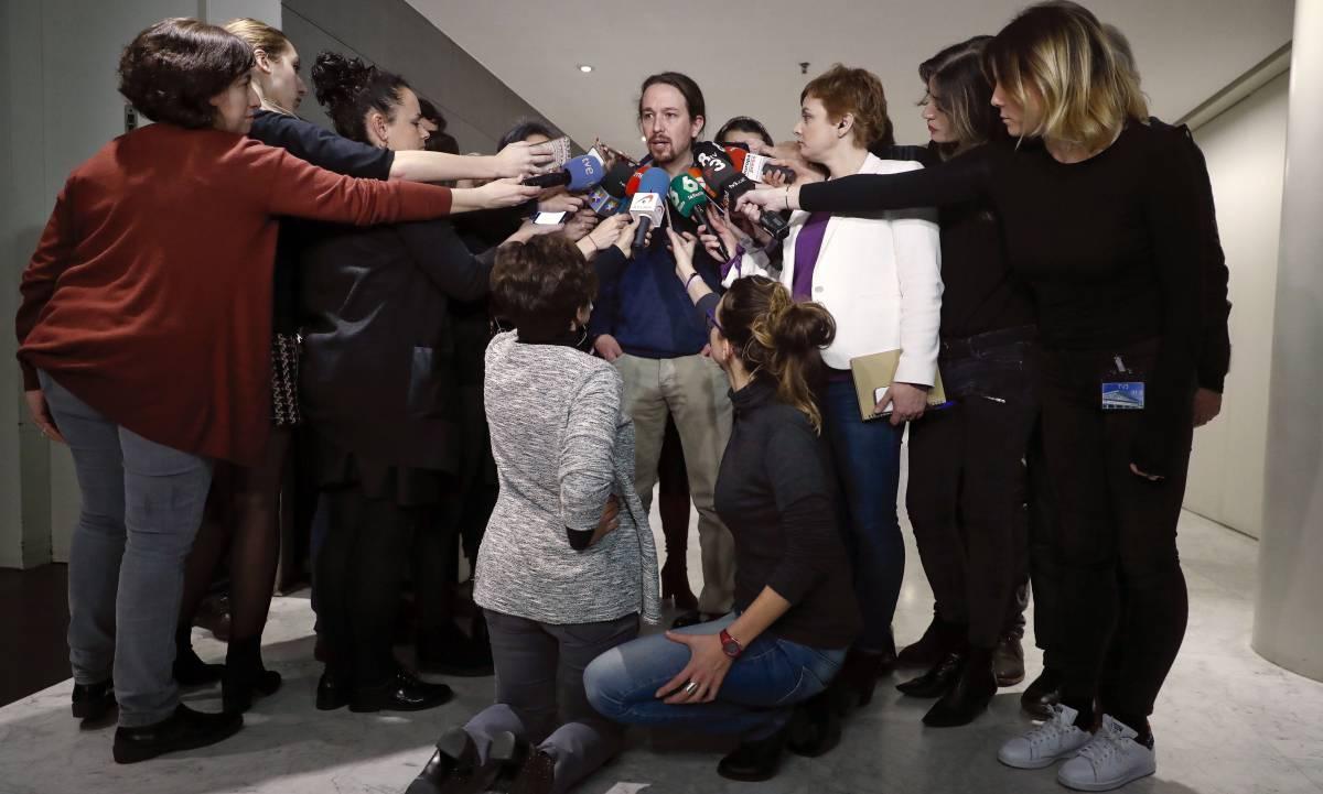 El líder de Podemos, Pablo Iglesias, responde a las preguntas de los periodistas.