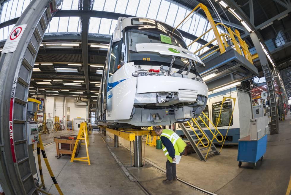 Un tren tranvía de Zurich Cobra en el taller.