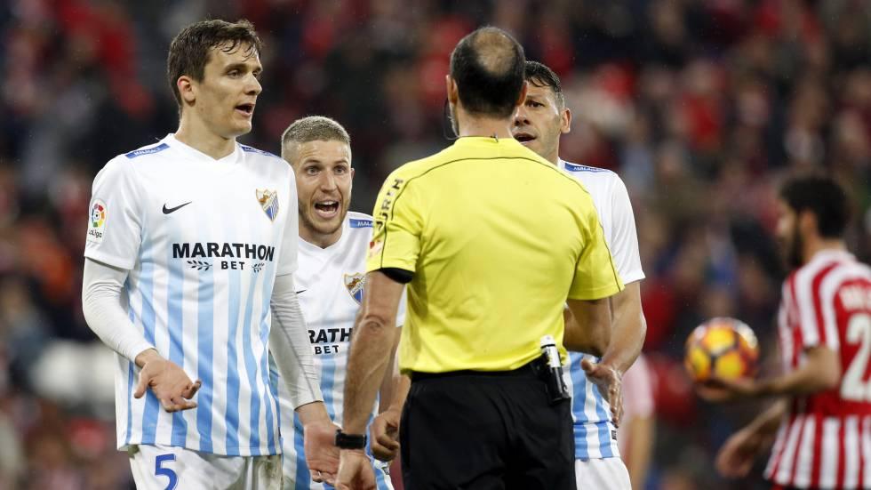 Jugadores del Málaga protestan al árbitro por un penalti pitado a favor del Athletic de Bilbao en San Mamés.rn rn