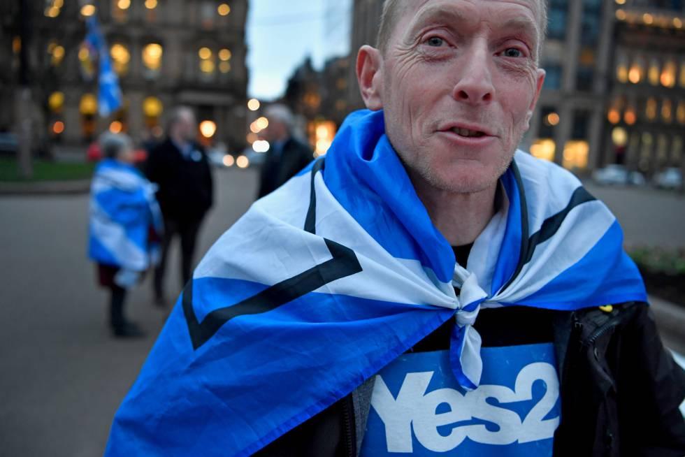 Manifestantes proindependencia tras el anuncio de Nicola Sturgeon de su petición de un nuevo referéndum para Escocia.