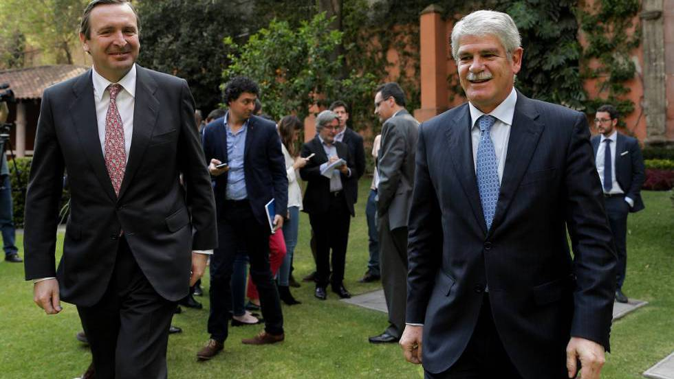 Alfonso Dastis (right) with the Spanish ambassador to Mexico, Luis Fernández-Cid.
