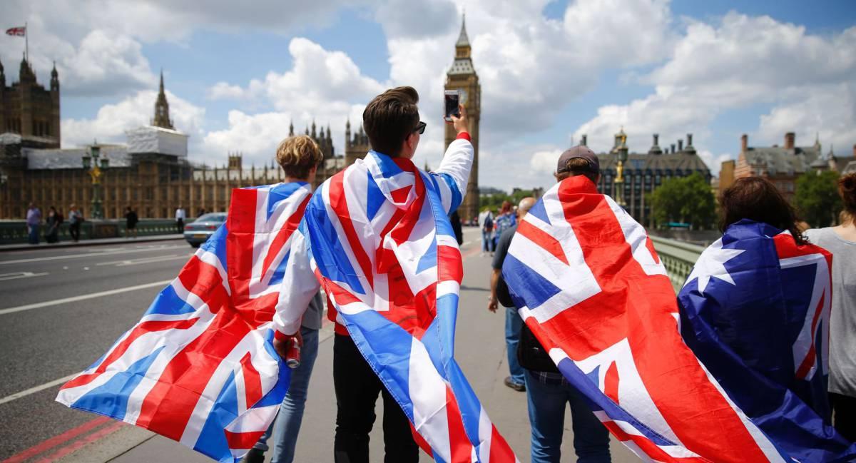 Varias personas caminan sobre el puente de Westminster.