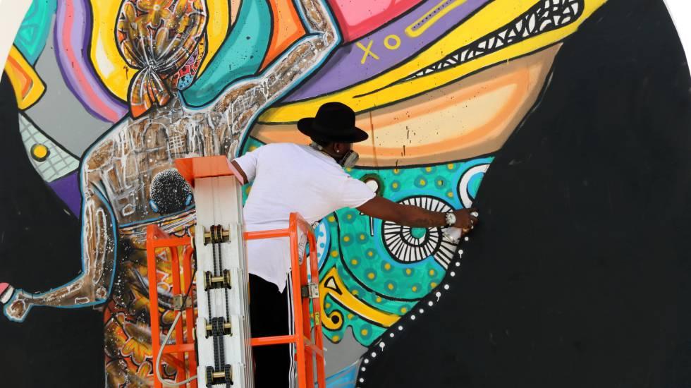 El artista Médéric Turay mientras pinta una de sus obras.