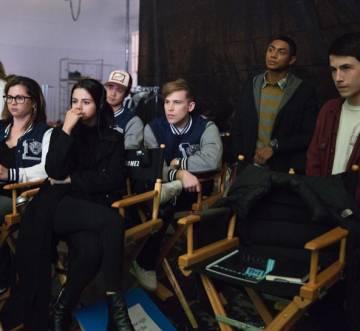 Selena Gómez, viendo la serie junto a algunos de sus protagonistas, en una foto compartida en su Instagram.