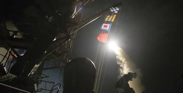 Primera imagen del ataque contra la base aérea siria.