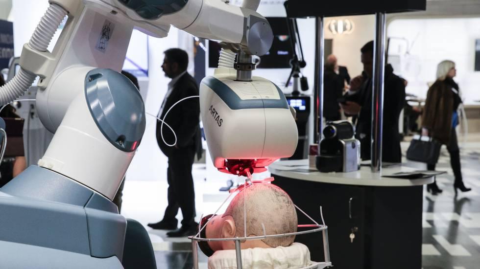 Un robot ARTAS para el trasplante capilar en un congreso de cirugía estética y dermatología en Paris.