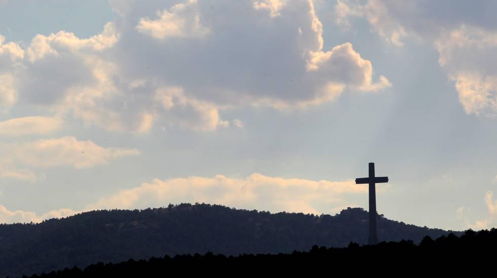 La cruz del Valle de los Caidos vista desde Guadarrama. rn rn