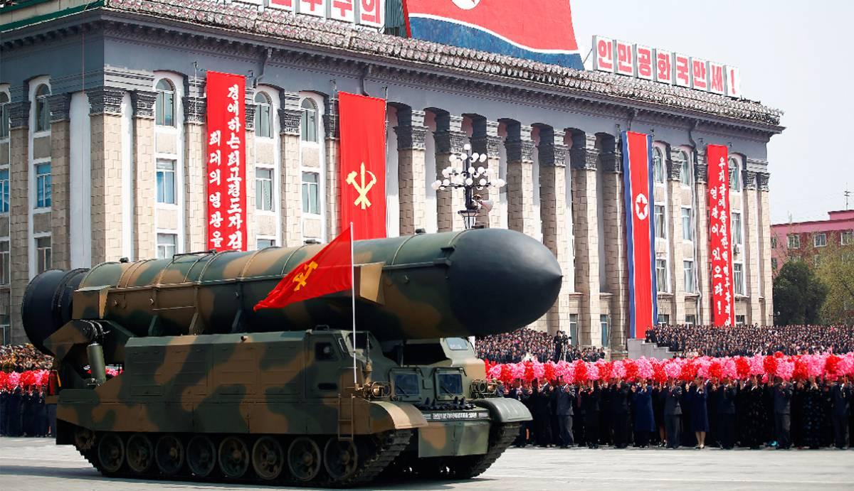 La multitud aclama el paso de un misil en el desfile de Pyongyang.