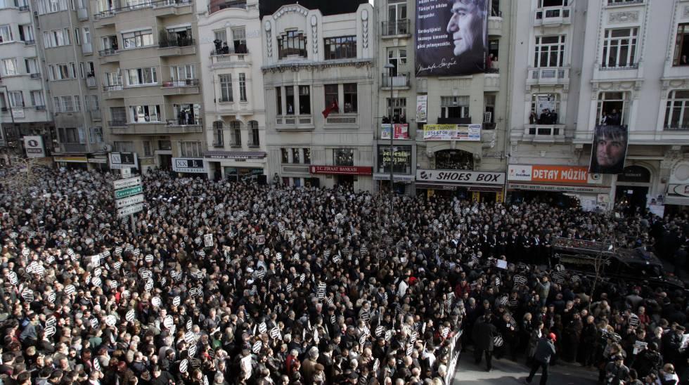 Miles de personas asisten al funeral por el periodista Hrant Dink, asesinado el 19 de enero, a la puerta de la revista Agos, que dirigía, en Estambul (Turquía).