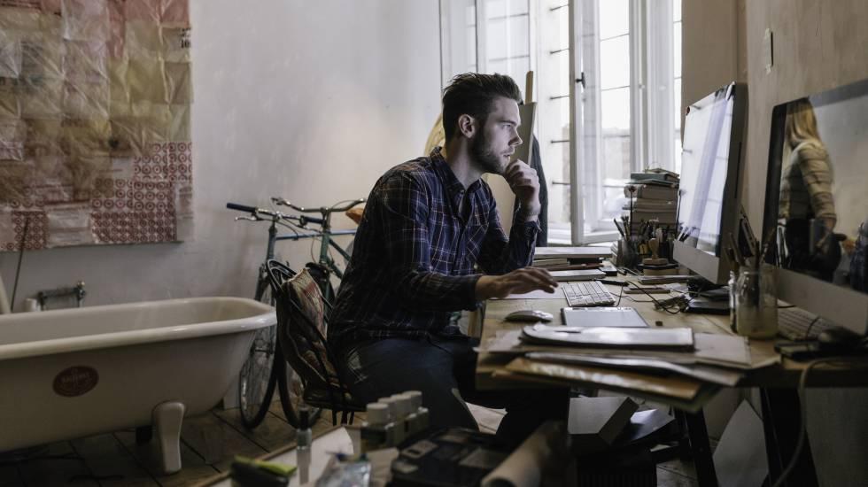 Un joven creativo trabajando desde casa.