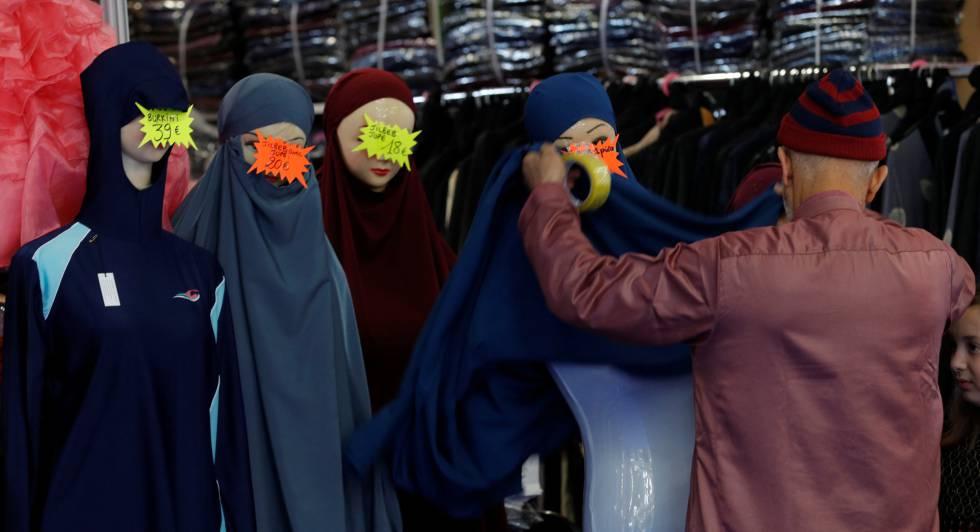 Una tienda de ropa femenina exhibe burkinis en Le Bourget, París.