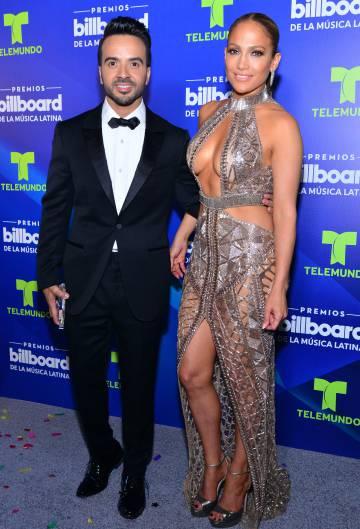 Jennifer Lopez posa junto al cantante Luis Fonsi.