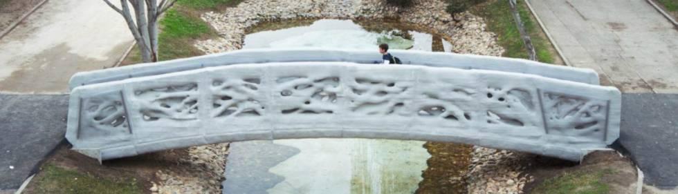 El puente diseñado por IAAC e imprimido por Acciona para el Parque Castila-La Mancha de Alcobendas (Madrid)